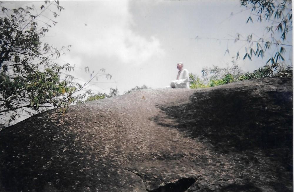 NGƯỜI MÂY TRẮNG ngồi trên tảng đá